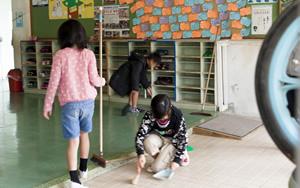 粟国中小学的儿童们、清扫风景
